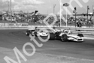 1973 SS Highveld 100 SS Fred Cowell Lola T190 waves, Dave Charlton Lotus 72 can't see (courtesy Roger Swan)