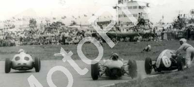 1961 SA GP EL Jim Clark spins Dave Wright pushing Cooper, Bonnier Porsche left